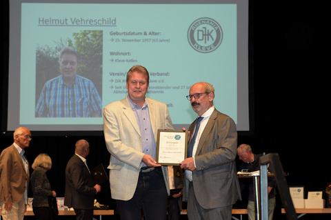 Ehrung: Kleves Bürgermeister Wolfgang Gebing (r.) überreicht die Urkunde an Helmut Vehreschild