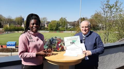 <p>Newcomerin des Jahres 2020: Fußball-Nationalspielerin Nicole Anyomi erhält den Pokal von Ulrich Meier, Vereins-Vorsitzender des Schönebecker DJK-Vereins SGS Essen.</p>