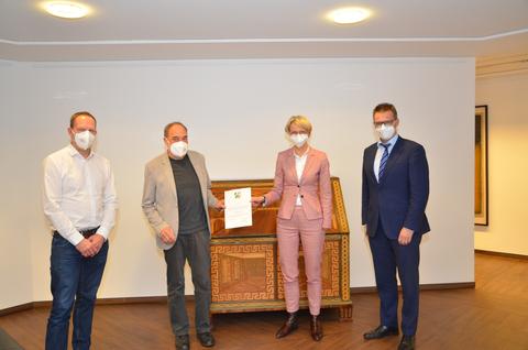 <p>Urkundenübergabe für die DJK Bildungs- und Sport Stiftung: v.l. Hans-Peter Esch, Wolfgang Zalfen, Regierungspräsidentin Dorothee Feller, Ulrich Schulze</p>