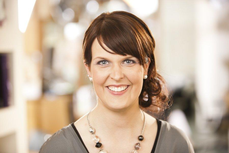Katharina Rensinghoff hatte 2000 Ihre Ausbildung bei uns begonnen, sich anschließend zur stellvertretenden Leitung entwickelt. Durch ihren Mutterschutz ging diese Position 2016 an Yvonne Wessels. Seit April 2017 ist Katharina in Teilzeit wieder im Salon!