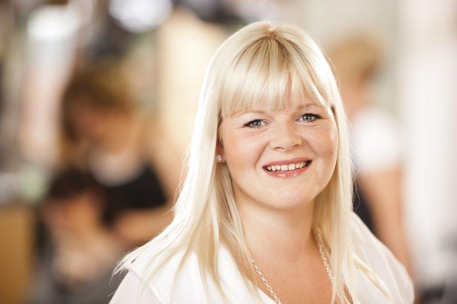 Nadine Kleimann ist schon seit 2001 bei uns. Inzwischen ist sie eine wertvolle Vollzeitkraft und Spezialistin für kurzes Haar sowie Farbtechniken.