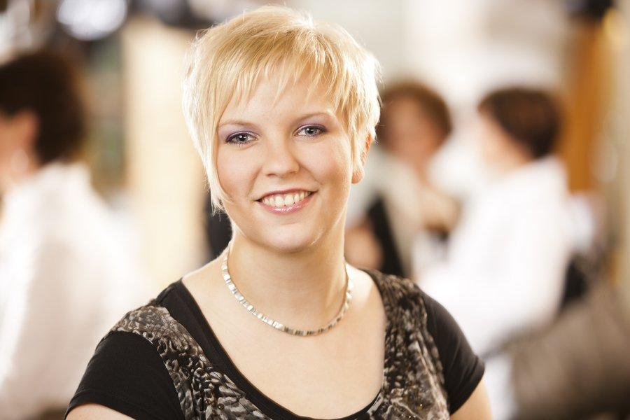 Auch Sarah Stradtmann ist seit Beginn ihrer Ausbildung im Jahr 2006 in unserem Salon. Nachdem sie 2015 in Mutterschutz war, ist sie seit Anfang 2016 wieder in Teilzeit für unsere lieben Kunden da – darüber freuen wir uns sehr! :-)