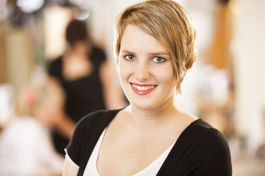 Seit 2010 unterstützt Annika Jöne uns. Nach Ihrer Ausbildung ist sie bei uns geblieben und nun Spezialistin für Hochsteckfrisuren, Farbtechniken und unseren Brautservice!