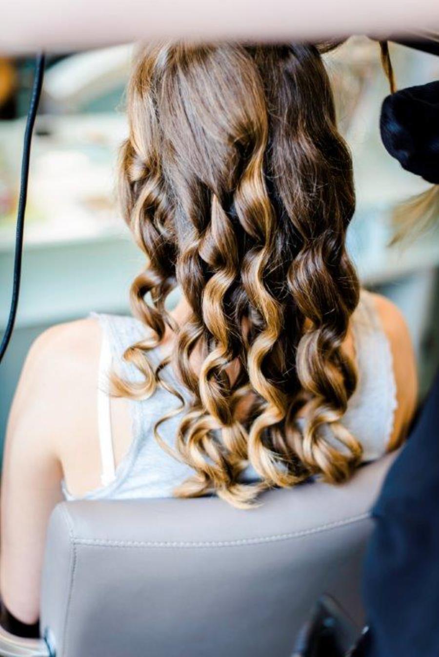 Vorbereitung für die Hochsteck-Frisur. © Herzensmensch Fotografie