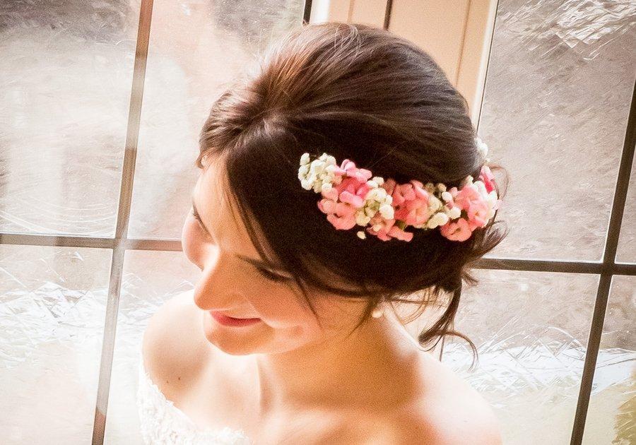 Wir integrieren Ihren Haarschmuck in Ihre Brautfrisur