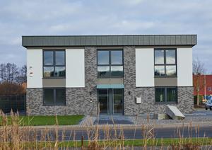 Neubau eines Firmengebäudes! Die Fassade by Müller & Weißling